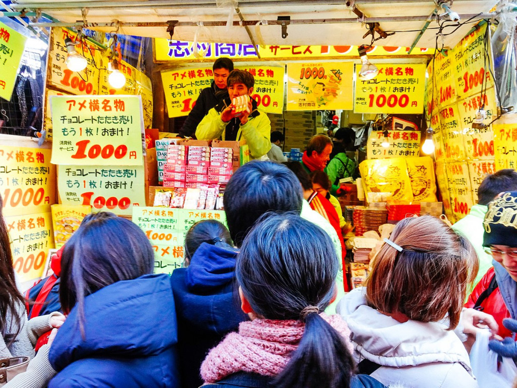 1200px-Year_End_Sale_in_Ameya_Yokocho_Shopping_Street_(16118652595)