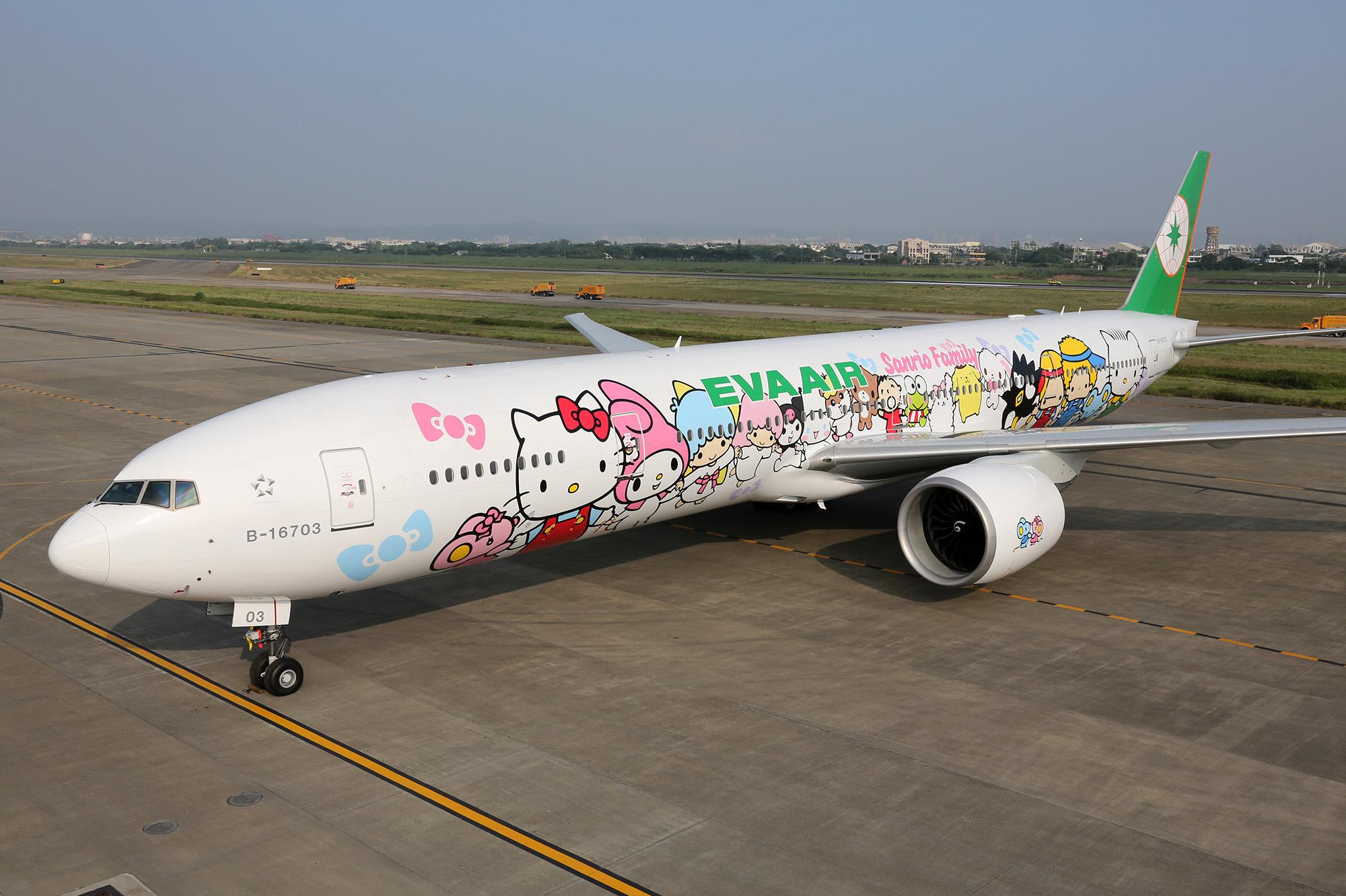 EVA-HelloKit-Hand-in-Hand-Jet-runway_CourtesyEVAAIR
